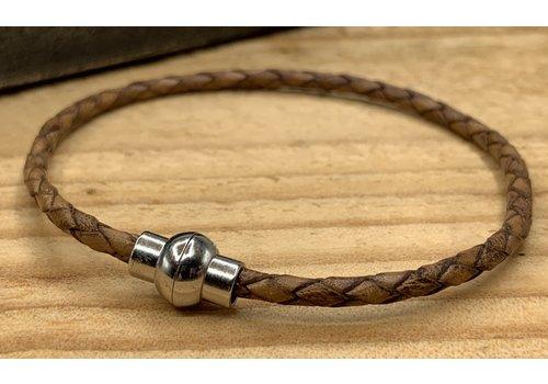 Scotts Bluf Cognac smalle armband gemaakt van gevlochten rond leer.