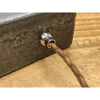 Smalle cognac armband van fijn gevlochten leer met zilveren magneet sluiting.