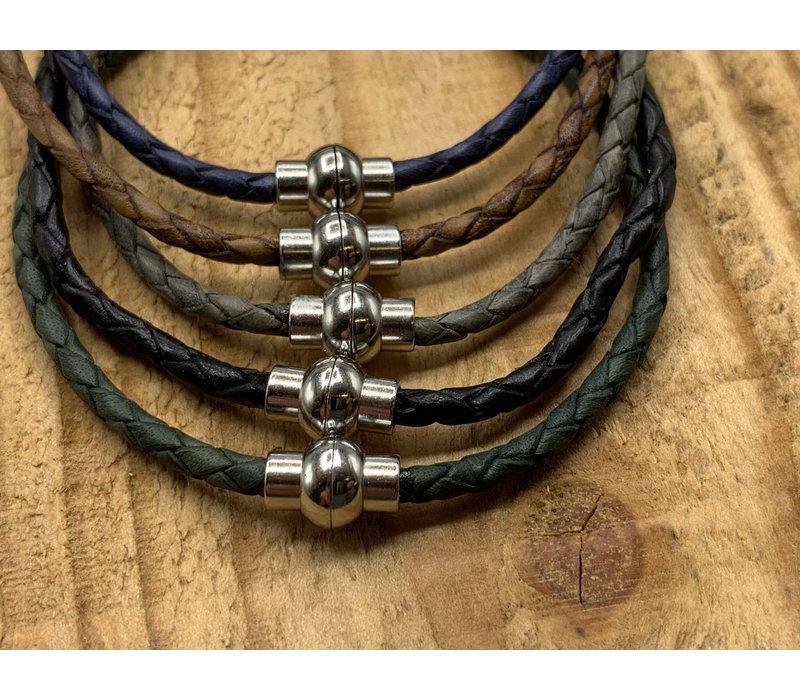 Smalle blauwe armband van fijn gevlochten leer met zilveren magneet sluiting.