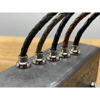 Smalle grijze armband van fijn gevlochten leer met zilveren magneet sluiting.