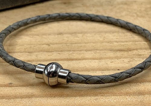 Scotts Bluf Grijze smalle armband gemaakt van gevlochten rond leer.