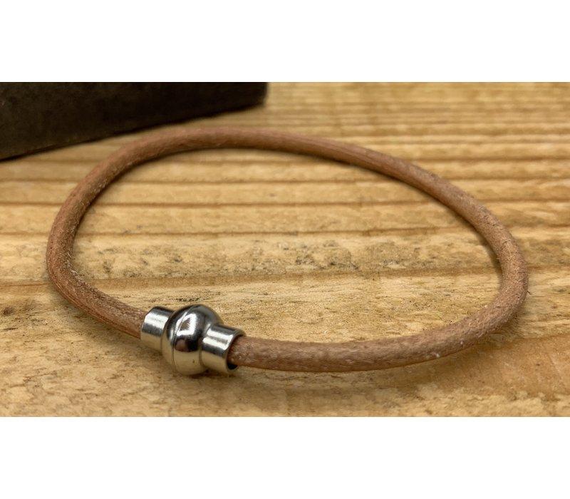 Smalle cognac armband van 3mm dik rondleer en zilveren magneet sluiting.