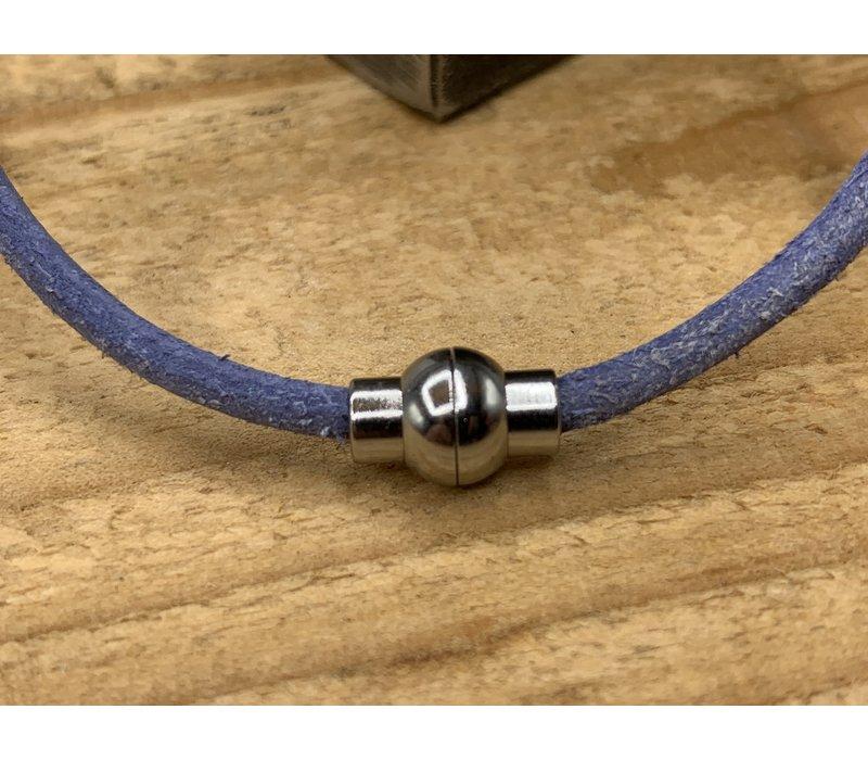 Smalle blauw armband van 3mm dik rondleer en zilveren magneet sluiting.