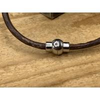 Smalle bruine armband van 3mm dik rondleer en zilveren magneet sluiting.