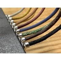 Smalle groene armband van 3mm dik rondleer en zilveren magneet sluiting.