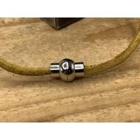 Smalle oker gele armband van 3mm dik rondleer en zilveren magneet sluiting.