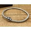 Scotts Bluf Smalle off white armband van 3mm dik rondleer en zilveren magneet sluiting.