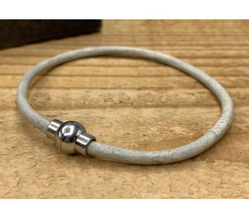 Smalle off white armband van 3mm dik rondleer en zilveren magneet sluiting.