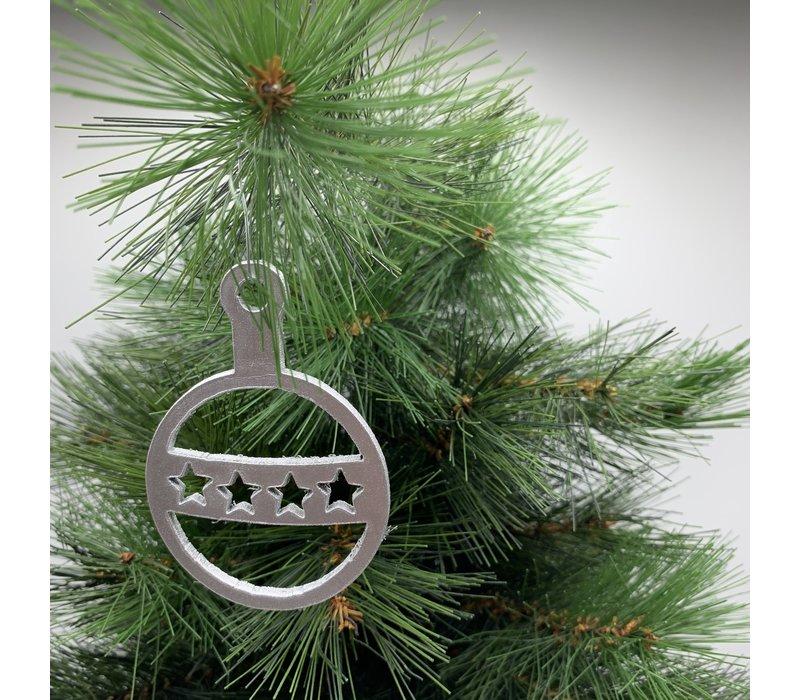 Leuke vervanger van de traditionele kerstbal is deze zilveren uitgesneden kerstbal met sterren.