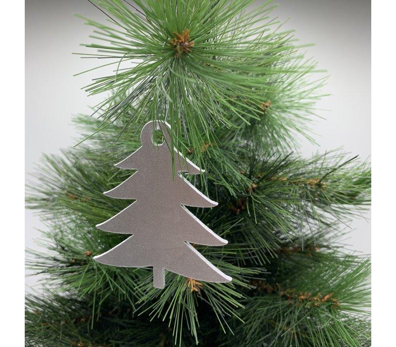 Leuke vervanger van de traditionele kerstbal is deze zilveren uitgesneden boom