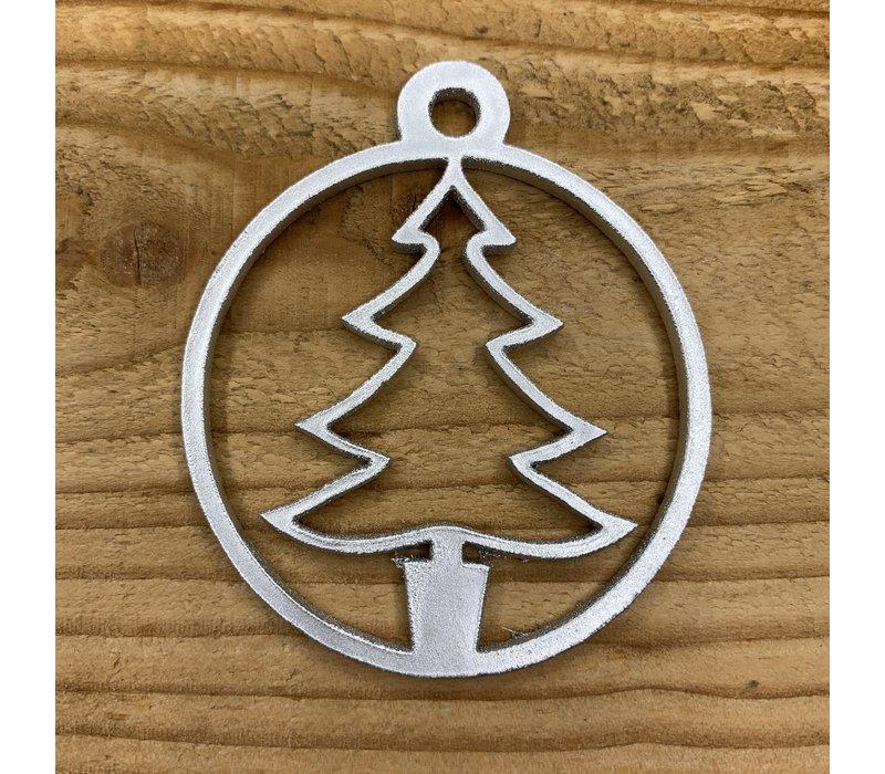 Leuke vervanger van de traditionele kerstbal is deze zilveren uitgesneden boom.