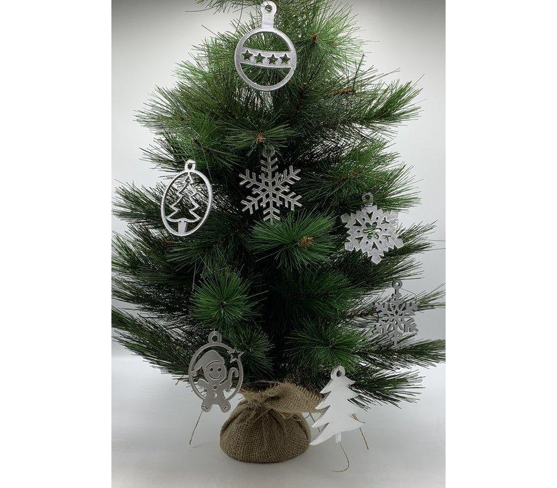 Leuke vervanger van de traditionele kerstbal is deze zilveren uitgesneden cirkel met poppetje