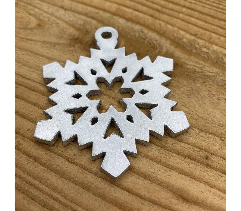 Leuke vervanger van de traditionele kerstbal is deze zilveren uitgesneden ijsster.