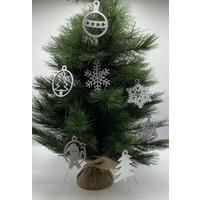 Leuke vervanger van de traditionele kerstbal is deze zilveren uitgesneden sneeuvlok.