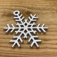 Leuke vervanger van de traditionele kerstbal is deze zilveren uitgesneden sneeuwvlok.