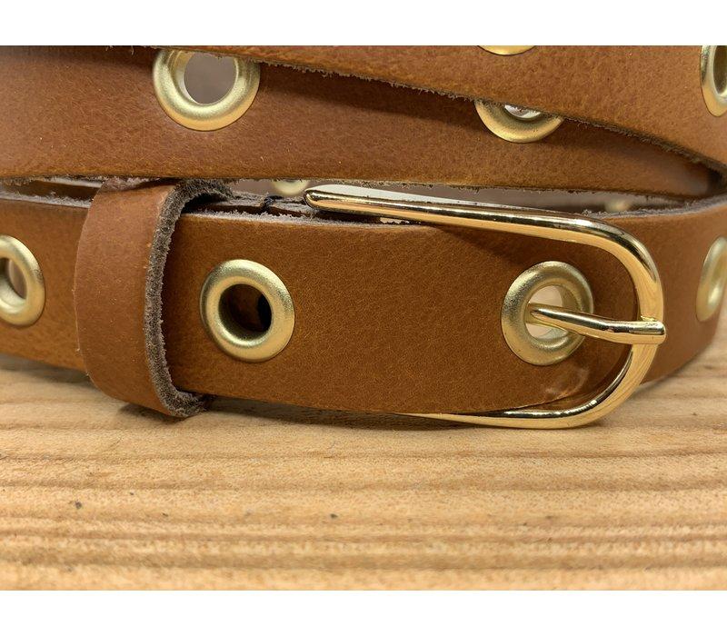 Trendy lange smalle knoopriem. Uitgevoerd in cognac soepel echt leer met gouden ringen en gesp. 130cm lang.