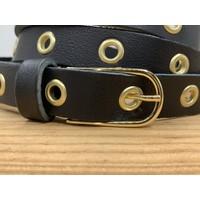 Trendy lange smalle knoopriem. Uitgevoerd in zwart soepel echt leer met gouden ringen en gesp. 130cm lang.