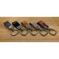 Grijze sleutelhanger met sleutelring in hartvorm en dubbele lus van Italiaans cognac leer.
