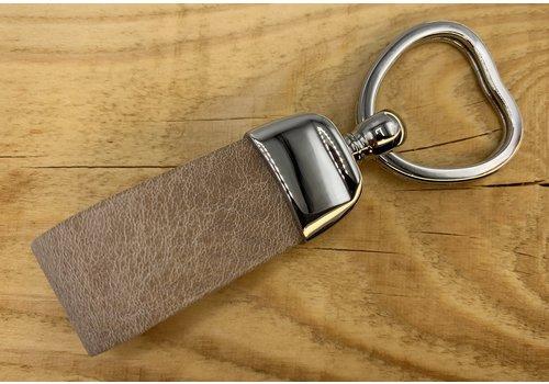 Scotts Bluf Taupe sleutelhanger met hart vormige sleutelring.