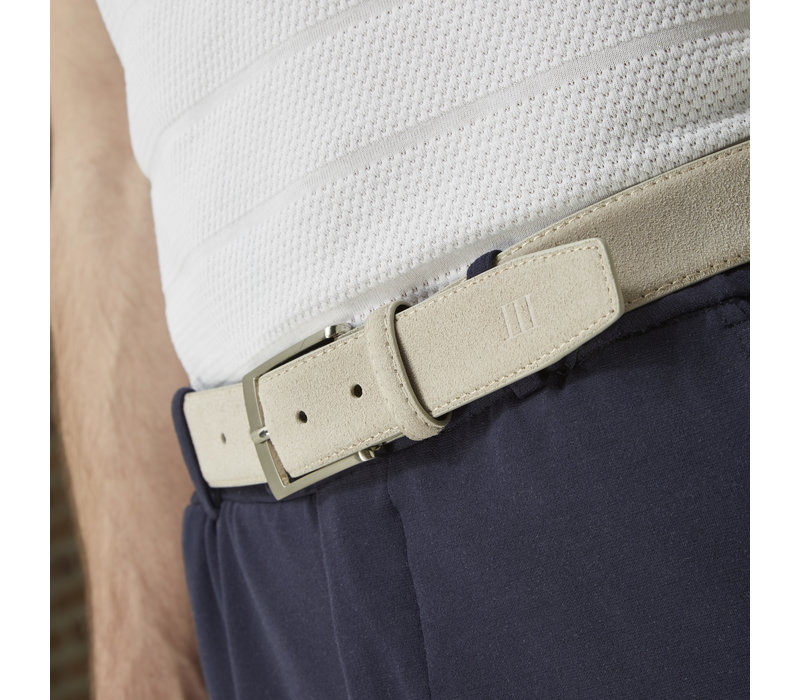 Beige echt leren riem gemaakt van suede  en makkelijk aanpasbare maat d.m.v. een schroefje.