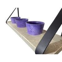 Kruidenrek met paarse potjes en leren plankdragers.