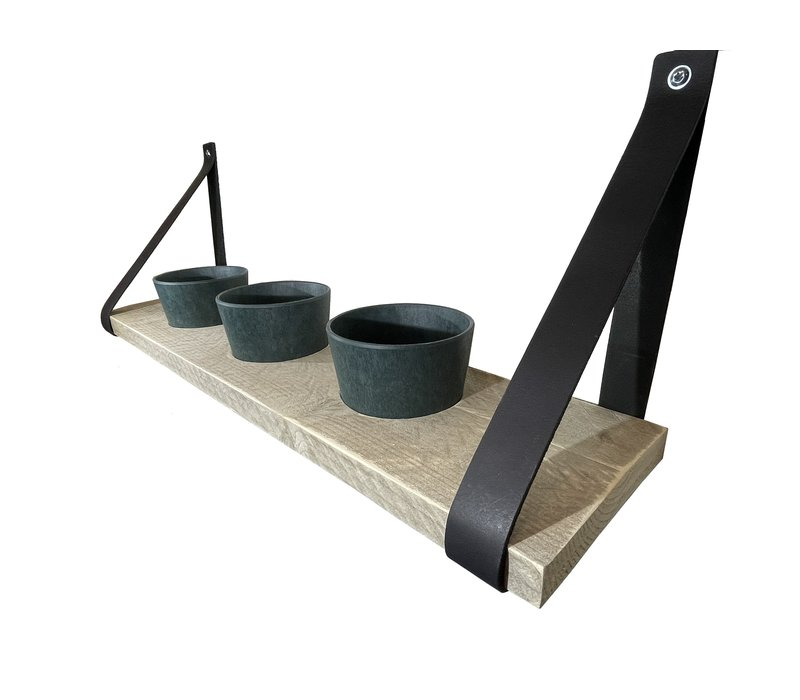 Kruidenrek met donkerblauwe potjes en leren plankdragers.