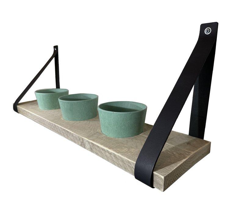 Kruidenrek met pastel groene potjes en leren plankdragers.
