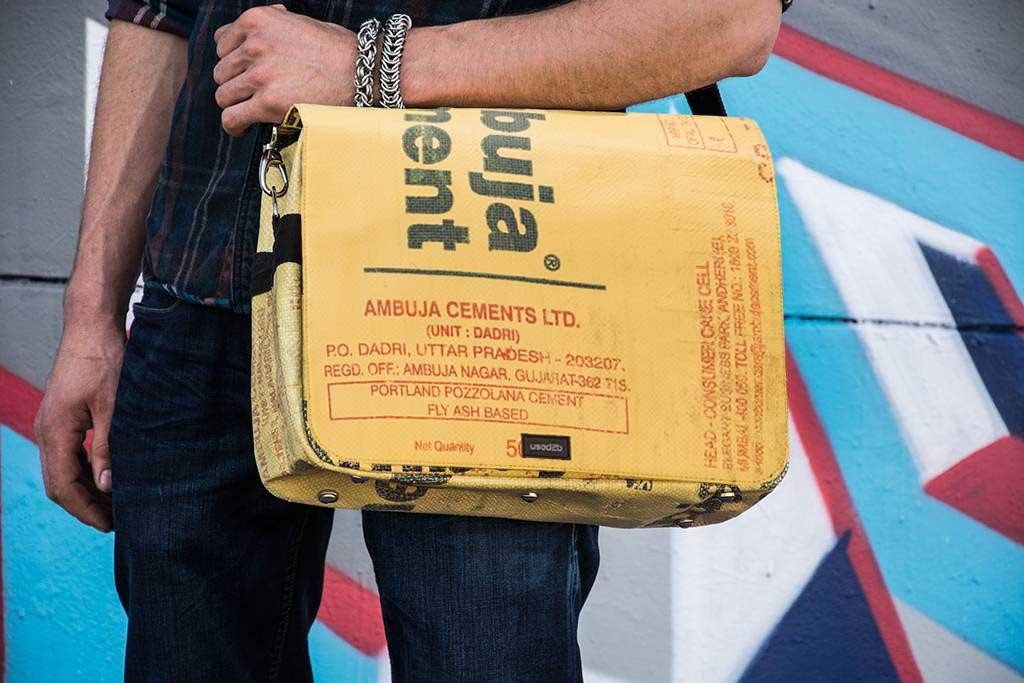 Used2b Hippe Koerierstas upcycled cementzakken Ambuja met tekst