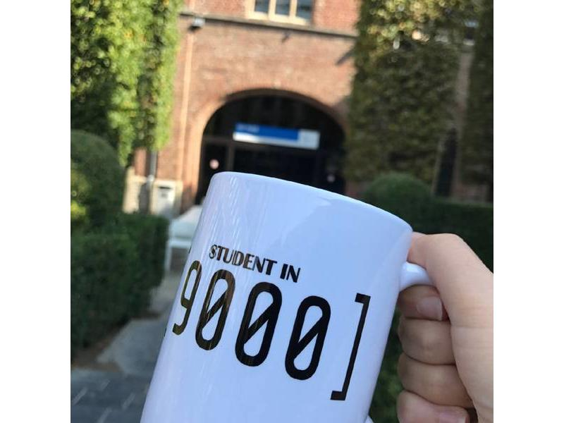 Urban Merch Beker 'Student in 9000'