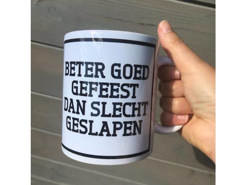 Urban Merch Beker 'Beter Goed Gefeest Dan Slecht Geslapen'