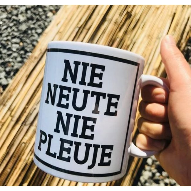 Urban Merch Beker 'Nie Neute Nie Pleuje'