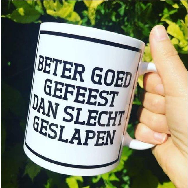 Urban Merch Tasse 'Beter Goed Gefeest Dan Slecht Geslapen'