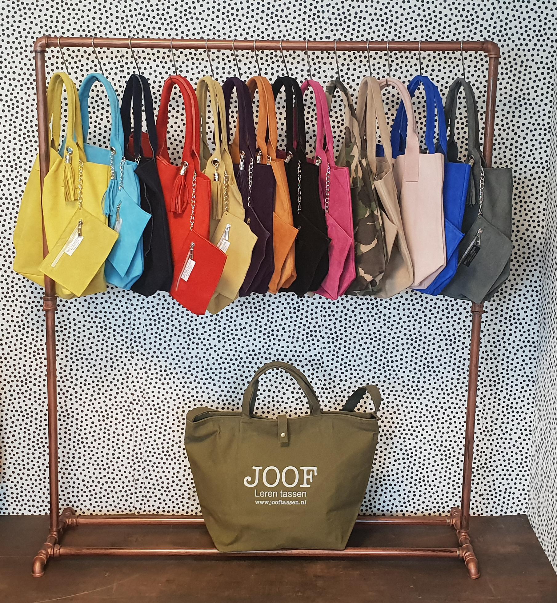 Alle kleurtjes van de suede shopper tas uit Italie op een rijtje