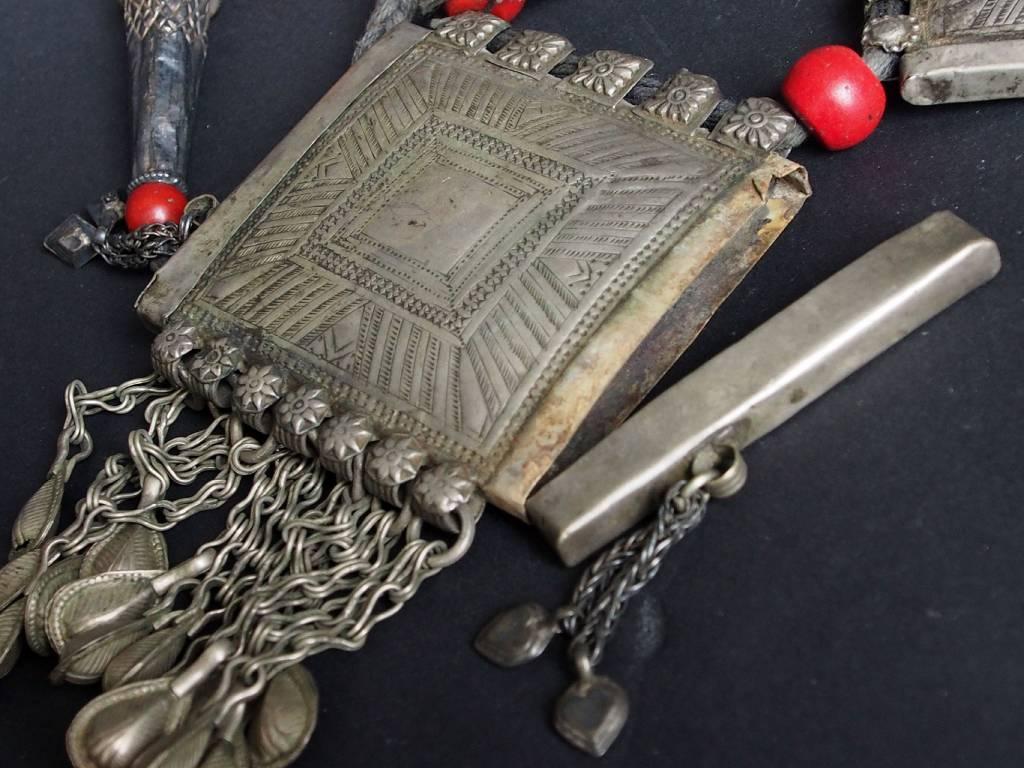 Antike  Nomaden Silber Halsmomente Kette mit Amuletten Anhänger Quast Nuristan Swat Valley Afghanistan pakistan No:18/1