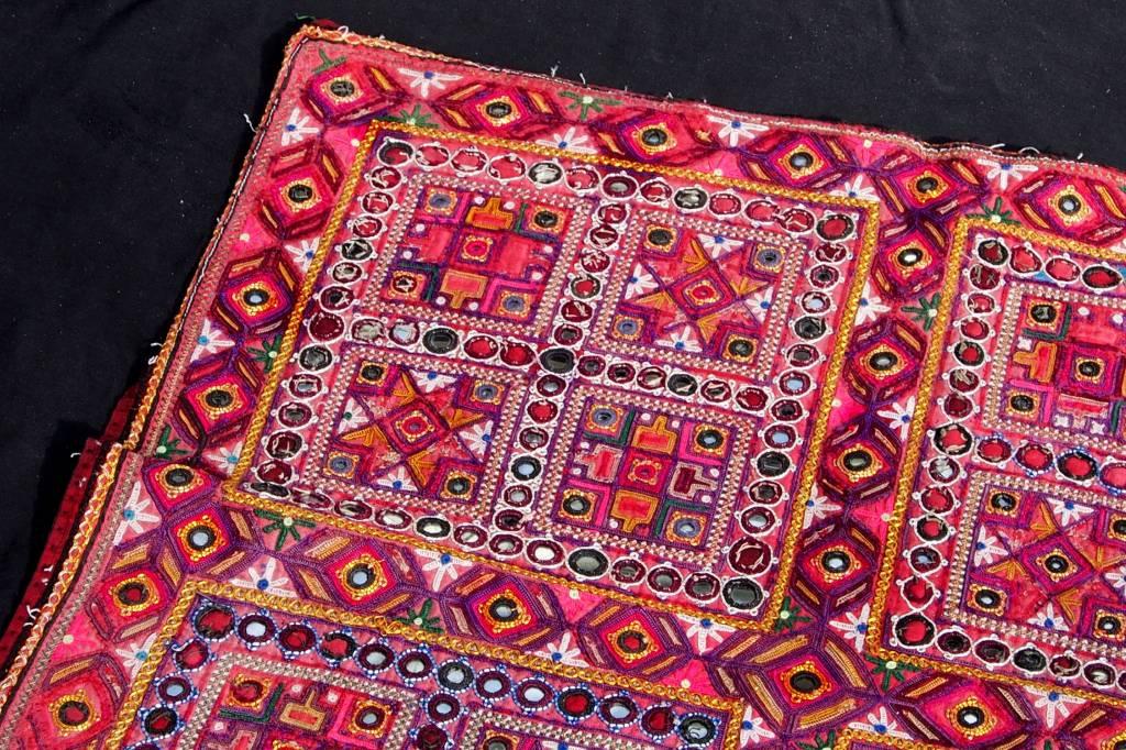 antik und Reich bestickte Sindh Region Stickerei aus Pakistan. No:18/18