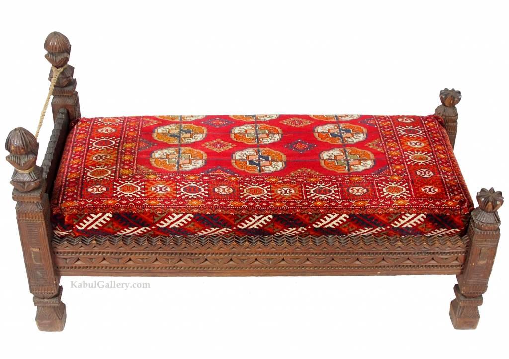 antik orient Gebets Brett Holz Stuhl Diwan thron mit antike Bukhara Teppich Matratze aus Nuristan Afghanistan / Pakistan Swat-valley