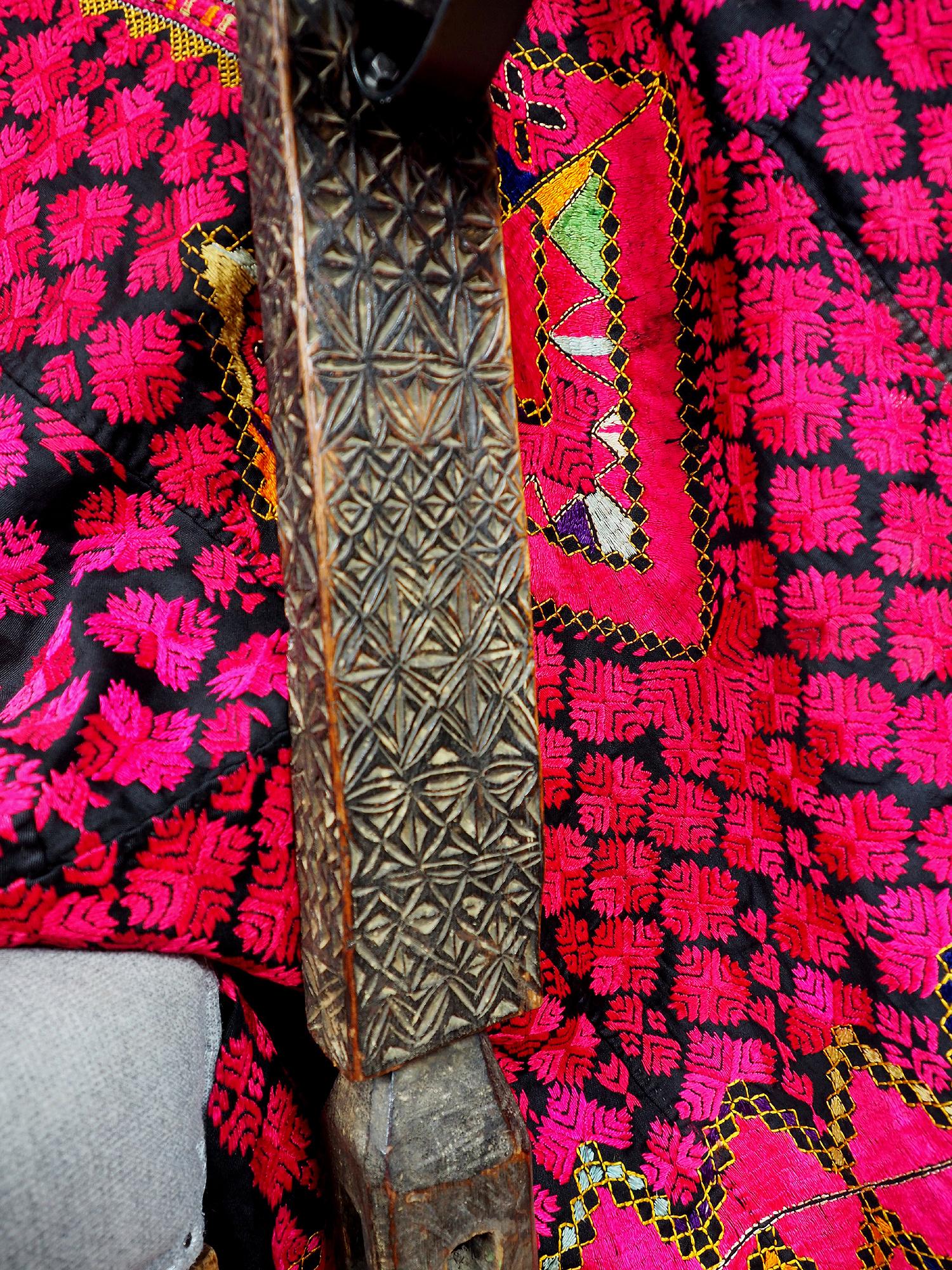 antik orient handgeschnitzte Massiv Holz Kerzenstände aus eine Nuristan holzstuhl bein Afghanistan Pakistan Swat-Valley 18/19 Jh. Nr:A