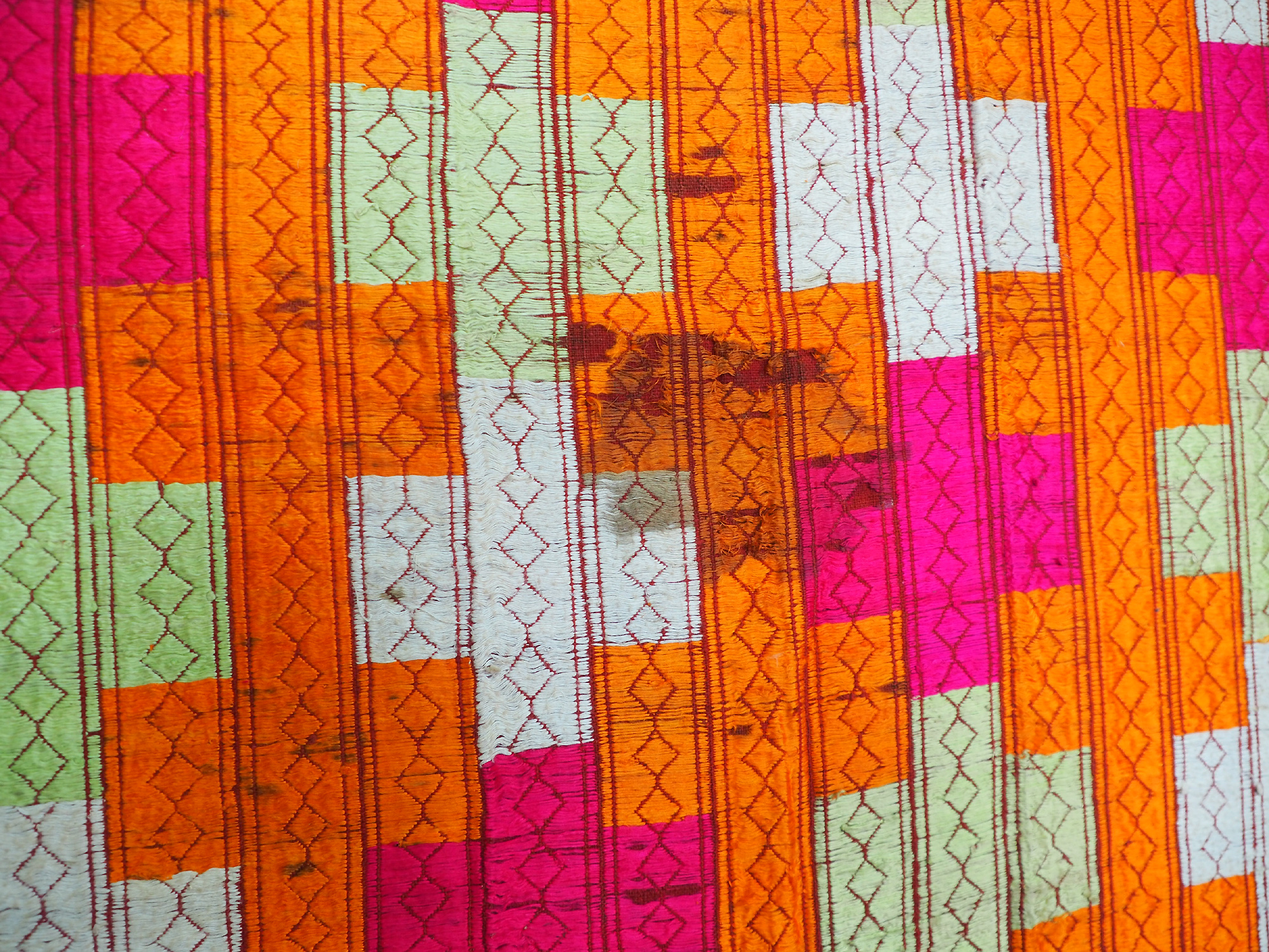 The Traditional Embroidery of Punjab India antique embroidered Pulkari shawl 19 cent. 20/A