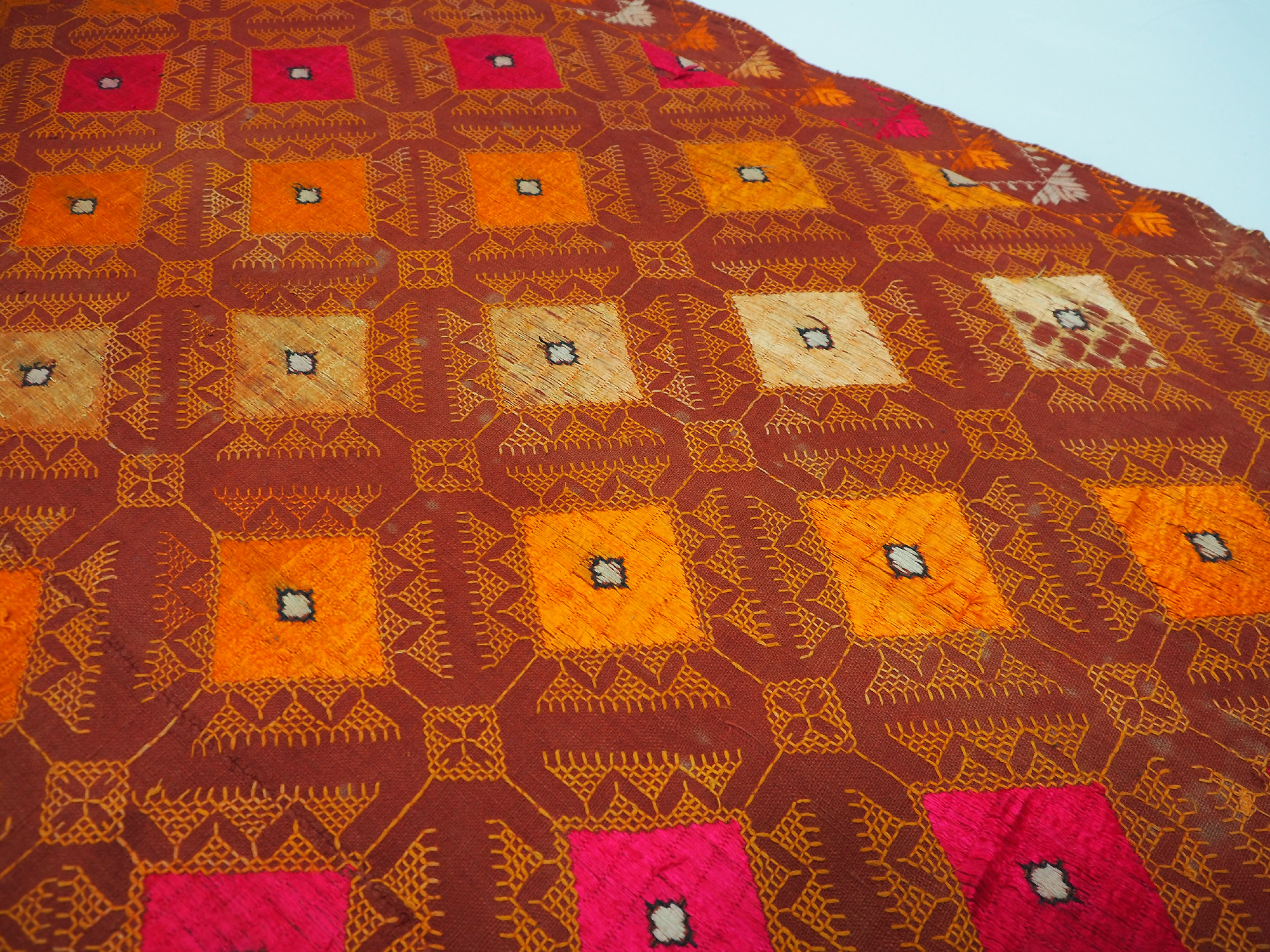 The Traditional Embroidery of Punjab India antique embroidered Pulkari shawl 19 cent. 20/B