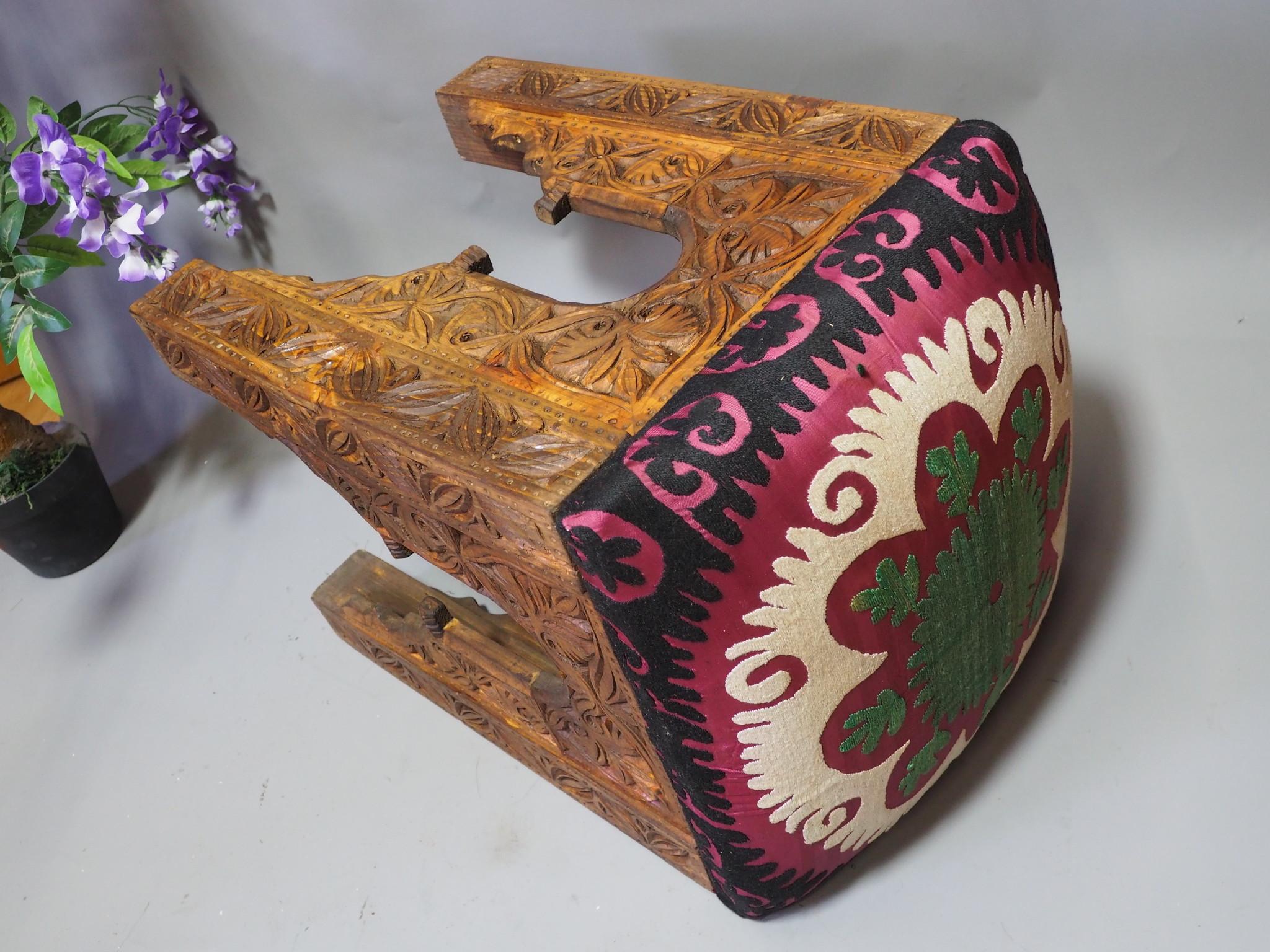 Suzani Hocker mit antike Suzani Polsterung Nr:C