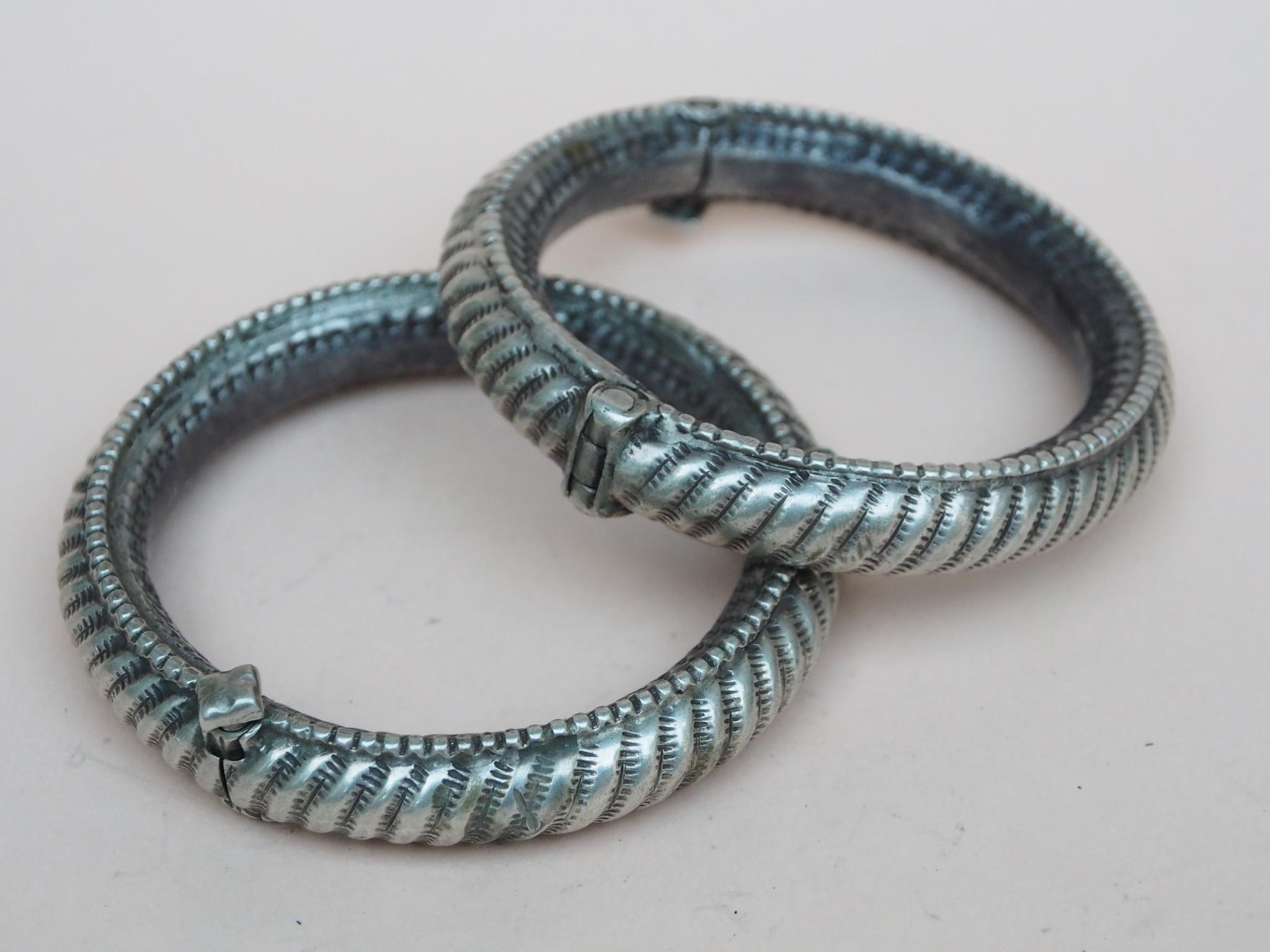 Ein Paar außergewöhnliche antike Silberarmbänder aus Sindh, Pakistan oder Gujarat Indien   Nr-21/WL2