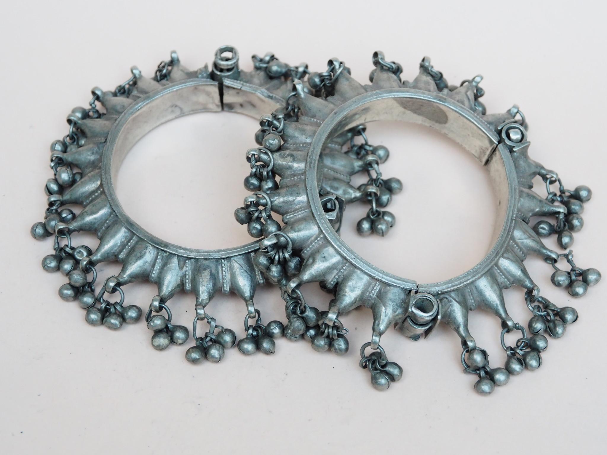 Ein Paar außergewöhnliche antike Silber armreifen armbänder aus Sindh, Pakistan oder Gujarat Indien Glöckchen verziert Nr:WL