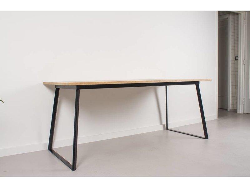 PURE wood design 'Ekberg' Table en bois de chêne avec des jambes tordues