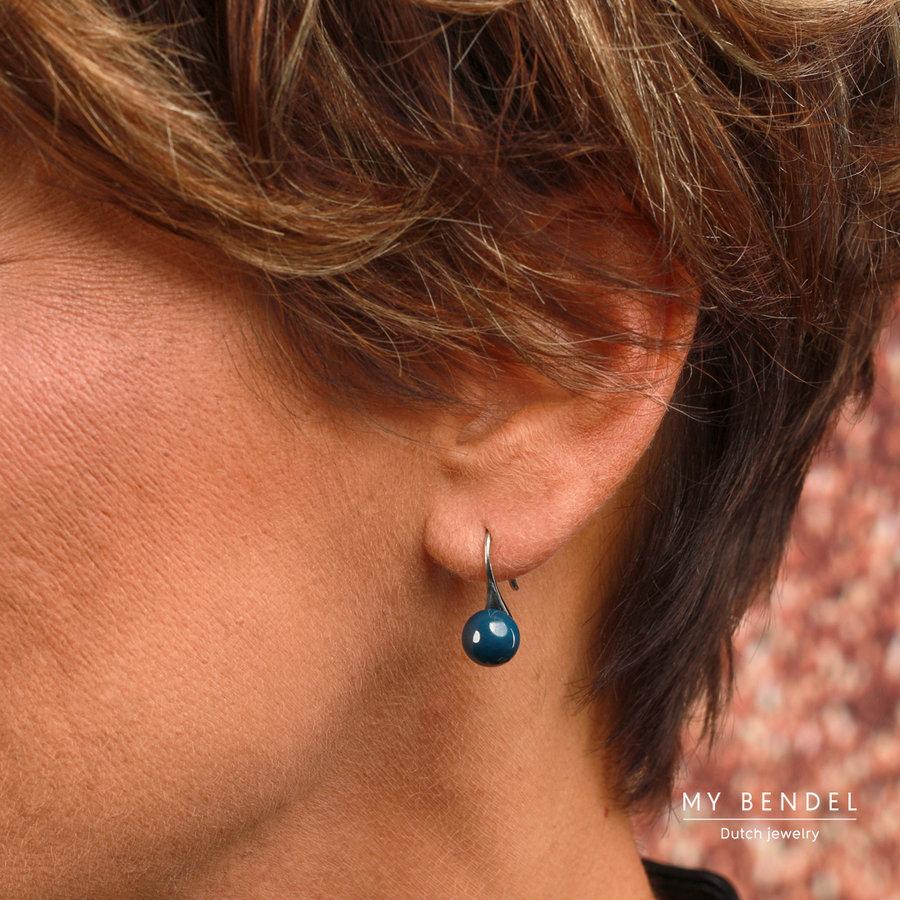 Godina Goudkleurige edelstalen oorbellen met  8 mm grijs keramiek bolletje