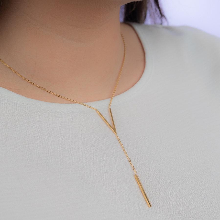 Picolo Goudkleurige  ketting met V symbool gemaakt van edelstaal met extra dikke plating.