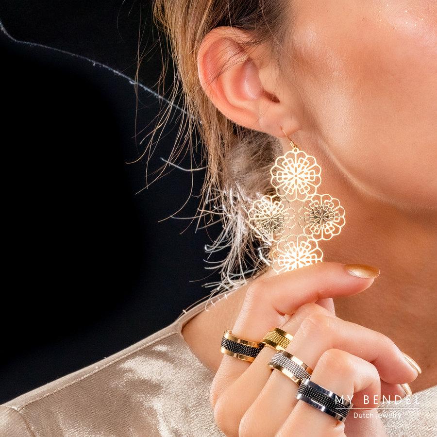 Bless 59 mm lange 14 karaats gold plated oorbellen met een bloemen barok design