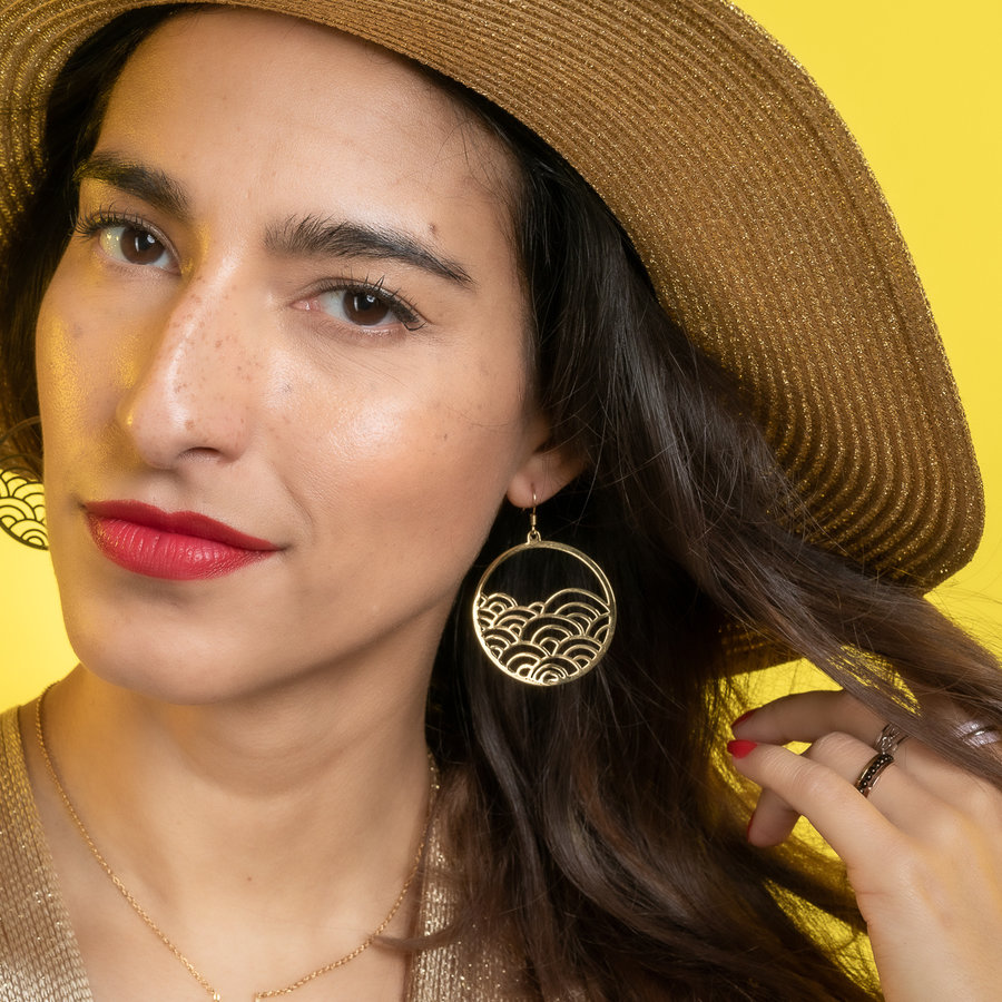 Bless Round earrings in gold with wave design