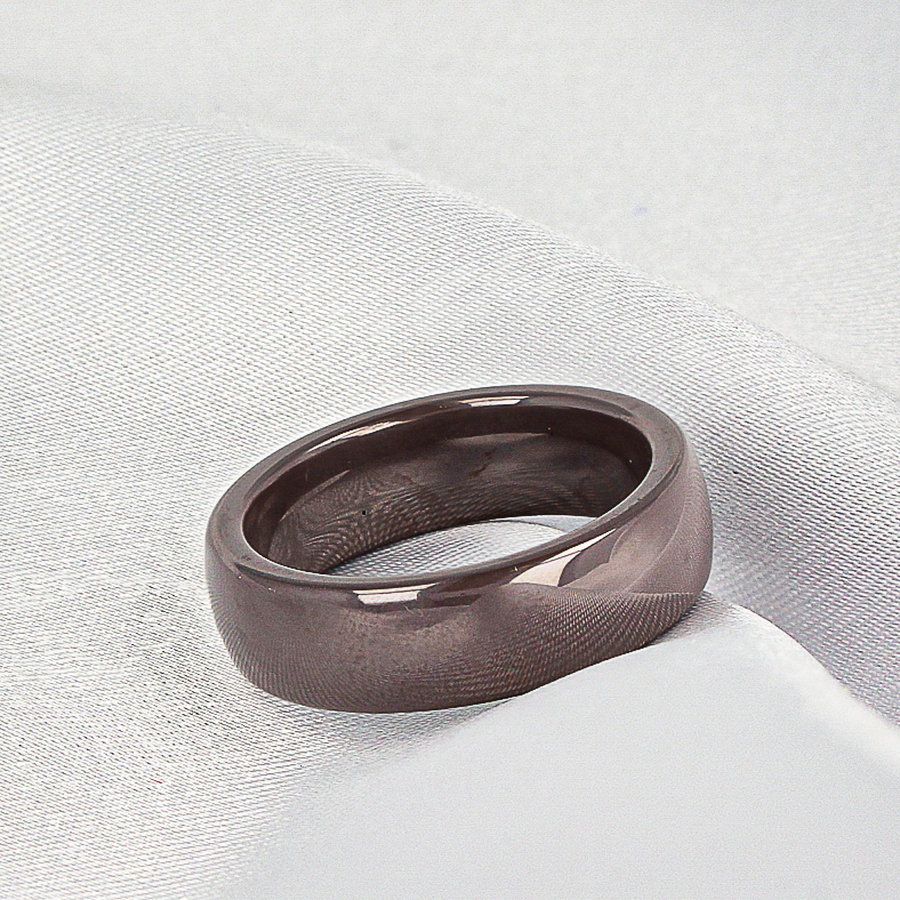 Godina Beautiful and long-lasting wide ring-gray / taupe. Wears wonderfully and unbreakable.