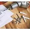 Plaatsing brandblusser door technicus