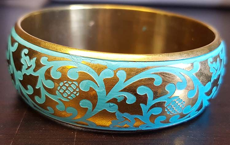 Breiter goldener Armreif mit Ornamentmalerei